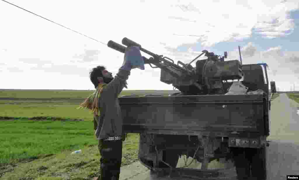 17일 시리아 알레포 군용 공항 인근에서 대공포대를 점검하는 시리아 반군.
