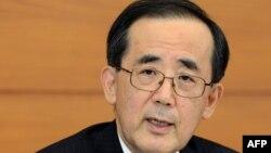 일본 중앙은행의 시라카와 마사키 총재가 22일 기자회견에서 경기 부양책을 발표하고 있다.