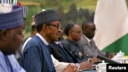 Le président nigérian Muhammadu Buhari, deuxième à gauche, s'entretien avec des responsables chinois lors d'une réunion au Grand Palais du Peuple à Beijing, le 13 Avril 2016. (REUTERS/Kenzaburo Fukuhara)