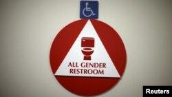Rótulo que indica un baño para todos los géneros. La ley del baño en Carolina del Norte, en cambio, viola los derechos civiles, según el Departamento de Justicia.