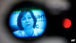 通过电视摄像机取景器看见叙利亚全国委员会代表,女发言人7月10日在莫斯科举行的记者会上回答记者提问