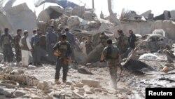 22일 아프가니스탄 남부 칸다하르주에서 폭탄 테러 공격이 있은 후 경찰관들이 현장조사를 하고 있다. (자료사진)