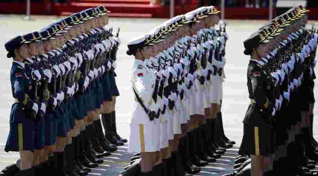 Nữ quân nhân Trung Quốc diễu hành qua Quảng trường Thiên An Môn ở Bắc Kinh, ngày 3/9/2015.