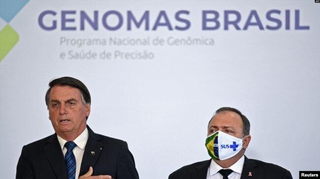 El presidente Jair Bolsonaro y el ministro de Salud de Brasil, Eduardo Pazuello, asisten a una ceremonia de lanzamiento del Proyecto Genomas en el Palacio Planalto en Brasilia, el 14 de octubre de 2020.