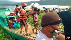 Garda Pantai Filipina mengevakuasi sejumlah keluarga ke tempat yang aman sebelum Topan Goni melanda, di Provinsi Camarines Sur, Sabtu, 31 Oktober 2020.