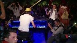 """Добро повертається: Пригода """"Піаніста із площі Таксим"""" у Сан-Франциско, де він розбив свій знаменитий рояль. Відео"""