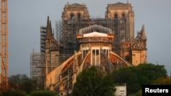 Pekerjaan perbaikan di Katedral Notre Dame yang rusak terbakar sekitar stahun lalu di Paris, Perancis, 7 April 2020.