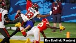 Un joueur de Kansas City Chiefs (maillot rouge) tente de récupérer une passe dans la surface de réparation de Tampa Bay durant le Super Bowl, le 7 février 2021.