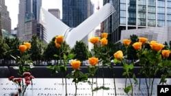 Arhiva - Cveće ispred spomenika žrtvama terorističkog napada 11. septembra, u gradu Njujork.