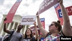 ARHIVA - Pristalice Zakona o pristupačnoj zdravstvenoj zaštiti protestuju ispred Vrhovnog suda, (Foto: Reuters)