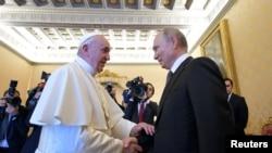 Perezida w'Uburusiya Vladimir Putin aramukanya na Papa Fransisiko i Vaticano, Itariki 04/07/2019.