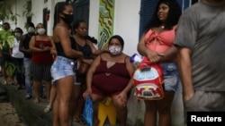 Miembros de la comunidad Quilombo, descendientes de esclavos africanos, esperan recibir inyecciones de la vacuna CoronaVac de Sinovac, en Mage, estado de Río de Janeiro, el 7 de abril de 2021.
