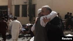 Amis et proches des victimes pleurent sur les lieux de l'explosion d'une bombe à l'extérieur d'un hôpital à Quetta, au Pakistan, le 8 août 2016. REUTERS/Naseer Ahmed TEMPLATE OUT - RTSLQOV