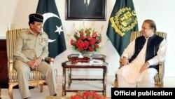 بری فوج کے موجودہ سربراہ جنرل اشفاق پرویز کیانی کی وزیراعظم نواز شریف سے ملاقات کر رہے ہیں