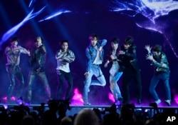 한국 보이그룹 방탄소년단(BTS)이 지난달 20일 미국 라스베이거스 MGM 그랜드가든아레나에서 열린 빌보드뮤직어워드 시상식에서 공연하고 있다.