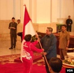 Presiden Susilo Bambang Yudhoyono menyerahkan bendera kepada Ketua Olimpiade Indonesia (KOI) Rita Subowo (15/7).