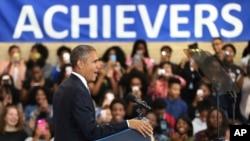 """바락 오바마 대통령이 17일 워싱턴 DC 인근 벤자민 배네커 아카데미 고등학교를 방문, """"고교 졸업률이 5년 연속 상승한 것은 새로운 교육정책이 현장에 필요한 내용이었음을 보여주는 것""""이라고 평가하고있다."""