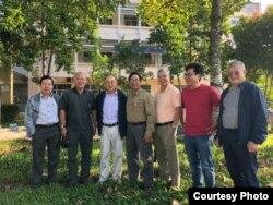 Đoàn khảo sát môi sinh ĐBSCL chụp hình trước cơ sở đầu tiên của Viện Nghiên Cứu Biến đổi Khí hậu / DRAGON - Mekong Institute, từ trái: TS Dương Văn Ni (Khoa Môi trường và Tài Nguyên Thiên nhiên ĐHCT), TS Lê Phát Quới (Viện Tài Nguyên Môi Trường ĐHQG Tp. HCM), Ngô Thế Vinh, TS Lê Anh Tuấn (Viện Nghiên cứu Biến Đổi Khí hậu ĐHCT), KS Phạm Phan Long (Hội Sinh Thái Việt), Th.S Nguyễn Hữu Thiện (Chuyên gia Đất Ngập nước / Wetlands), BS Nguyễn Văn Hưng. [tư liệu Ngô Thế Vinh 2017]