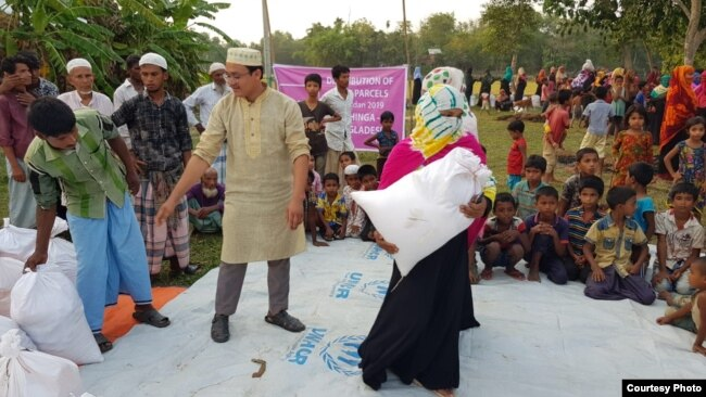 Para pengungsi Muslim Rohingya di Bangladesh menerima bantuan makanan dari yayasan amal Muslim AS (courtesy: UMR).