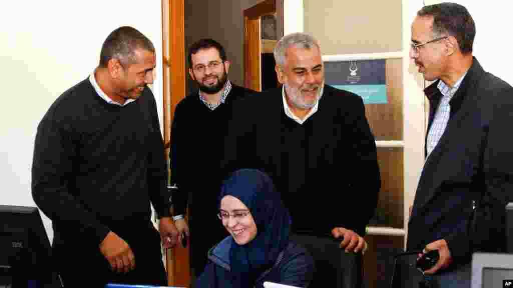 27 نومبر 2011: مراکش میں ہونے والے انتخابات کے موقع پر اسلامک جسٹس ڈیولپمنٹ پارٹی کے سیکریٹری جنرل عبداللہ بنکرانی ووٹوں کی گنتی کی نگرانی کرنے والے اپنے کارکنان کے ہمراہ موجود ہیں