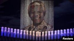 Nến thắp dưới chân dung cựu Tổng thống Nam Phi Nelson Mandela quê nhà Qunu của ông, ngày 15/12/2013.