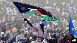 Mtu akipeperusha bendera ya Sudan Kusini wakati wa sherehe za uhuru mjini Juba, July 9, 2011