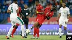 Le Togolais Emmanuel Adebayo, à droite, se bat pour la balle contre l'Ivoirien Wilfried Kano, à gauche, lors de la CAN 2017 au stade de Oyem, au Gabon, le 16 janvier 2017.