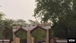 L'entrée de la mairie de Diffa ; dans cette région du Niger, le port du voile islamique intégral a été interdit. (VOA)