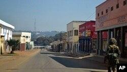 一名马拉维士兵7月21日在民众抗议后的第二天巡逻街头