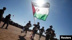 Des soldats du Front Polisario participent à un défilé lors des célébrations du 35e anniversaire de leur mouvement à Tifariti, dans le sud-ouest de l'Algérie, le 27 février 2011. (Archives)