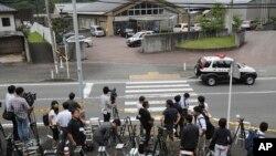 Para awak media berkumpul di depan pusat perawatan difabel Tsukui Yamayuri-en, di Sagamihara, pinggiran Tokyo pasca insiden penikaman, Selasa (26/7).
