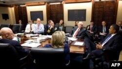 Predsednik SAD Barak Obama i članovi kabineta u Beloj kući, 23. novembra 2010.