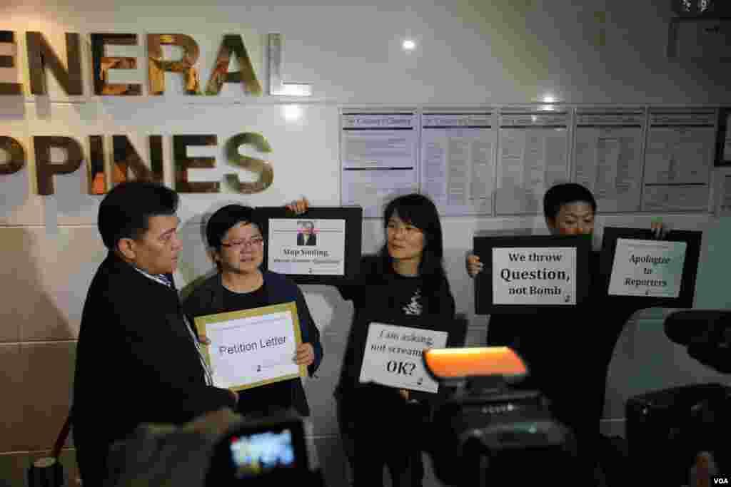 港新闻从业者抗议印尼菲律宾阻挠记者正常采访(美国之音海彦拍摄)