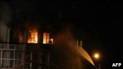 تلاش آتش نشانان برای خاموش کردن آتش سوزی در سفارت عربستان در تهران - ۲ ژانویه ۲۰۱۶