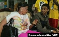 Rigobert Song est accueilli en conversation avec sa mère Bernadette, dans le salon VIP de l'aéroport de Yaoundé, 1er avril 2017. (VOA/Emmanuel Jules Ntap)