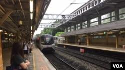 港鐵列車進站 (美國之音記者申華 拍攝)