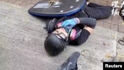 香港反送中抗議者曾志健被警察發射的子彈打中倒在地上。(2019年10月1日)