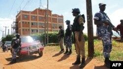 Polisi wasimkama zamu nje ya ofisi za gazeti la Daily Monitor mjini Kampala Mei 20, 2013