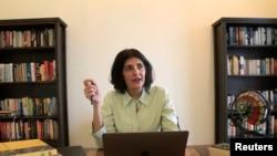 گل بخاری لاہور میں اپنی رہائش گاہ پر رائٹرز کو انٹرویو دے رہی ہیں۔