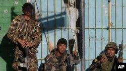 Binh sĩ chính phủ chuẩn bị mở cuộc tấn công nhóm phiến quân Hồi giáo ở Zamboanga, Philippines, đã bắt nhiều con tin để làm bia đở đạn, 13/9/13