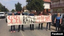 Članovi LDP-a sa transparentom u selu Jarak, u blizini Hrkovaca. (Foto: LDP, Fejsbuk stranica)