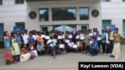 Les bénéficiaires avec l'ambassadeur américain, Lomé, le 1er octobre 2019. (VOA/Kayi Lawson)