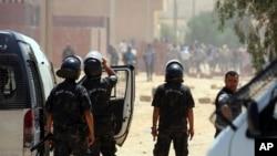 Des officiers tunisiens face aux manifestants à Tataouine, dans le sud de la Tunisie, 22 mai 2017.