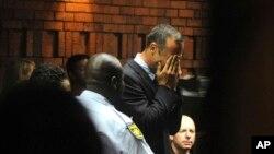 Vận động viên Oscar Pistorius khóc khi ra trước tòa án ở Pretoria, Nam Phi, 15/2/13