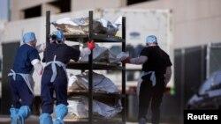 Zdravstveni radnici u El Pasu, Teksasu prebacuju posmrtne ostatke žrtava Kovida 19, 23. novembar 2020. (Foto: Rojters/Ivan Pierre Aguirre)