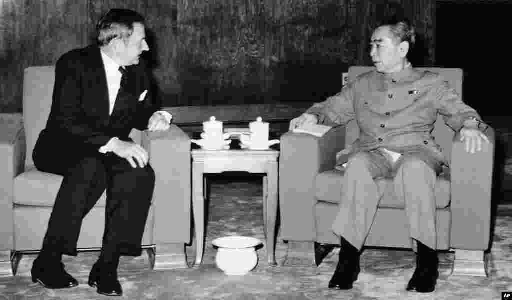 """1973年6月,大卫·洛克菲勒在北京会见中国总理周恩来。1973年,洛克菲勒在担任大通银行首席执行官期间,在苏联首都莫斯科和中国开设了美国银行界在这两个共产党国家的第一个办事处。洛克菲勒家族财富传承研究所根据 2002年出版的洛克菲勒回忆录写道:""""周总理对洛克菲勒本人及家族的背景十分了解,并惊讶以洛克菲勒在国际政治金融和其他权力圈子内结交之广,竟然不认识宋子文、孔祥熙。"""" """"通过驻美联络处、对外友协邀请洛克菲勒访华的安排过程历时数月之久,而在美方人员即将离京的最后一天,以周总理对国际经济和金融问题的严重关切,却仍不能决定是否接见,并最终把会见安排在深夜,周总理在大会堂南侧台阶上准时等候洛克菲勒一行,恐怕除了考虑照顾美方颜面,还有其他难言之隐。"""""""