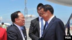 Li Kegiang (kanan) berjabat tangan dengan pejabat pemerintah Hong Kong, Donald Tsang, di bandara setempat (16/8).