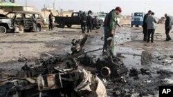 伊拉克安全部队在检查拉马迪汽车炸弹攻击现场
