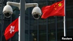 資料照:在香港總部大樓外監控攝像頭後的中國國旗和香港特區旗幟。