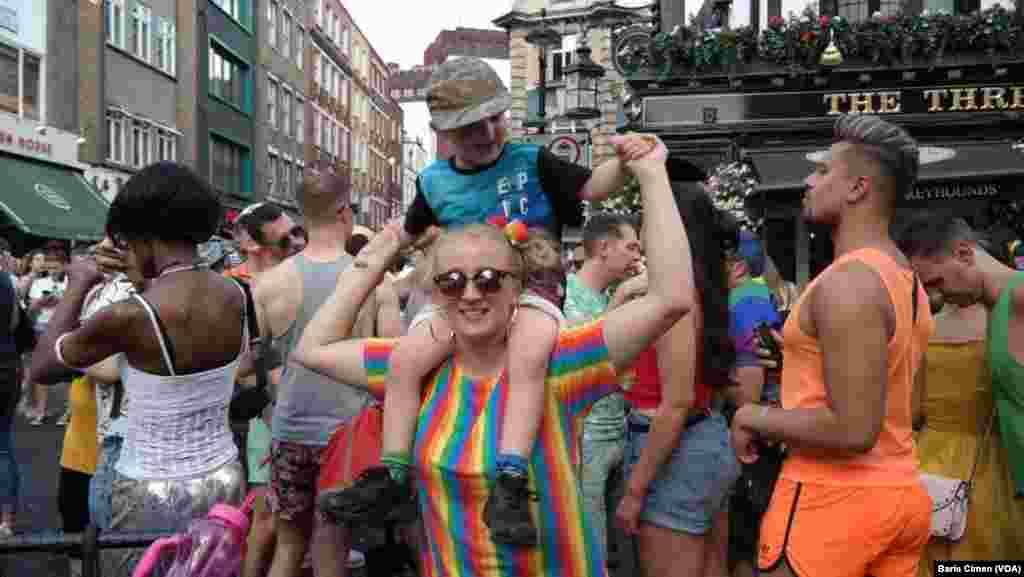 رژه همجنسگرایان در شهر لندن. آنها خواستار برابری حقوقی و اجتماعی با سایر مردم هستند.